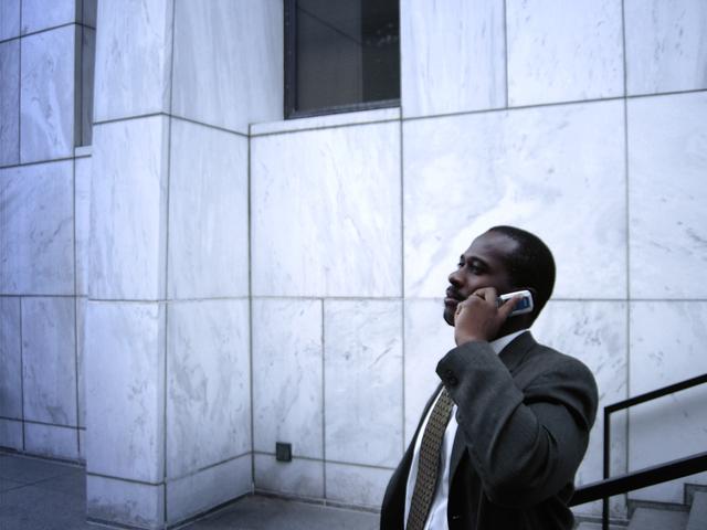 Professionnel de l'immobilier au téléphone